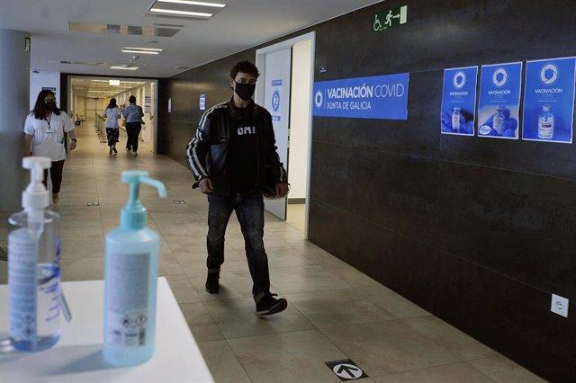 Archivo - Un joven acude a recibir una dosis de la vacuna de AstraZeneca en el Complejo Hospitalario Universitario de Ourense, a 27 de mayo de 2021.