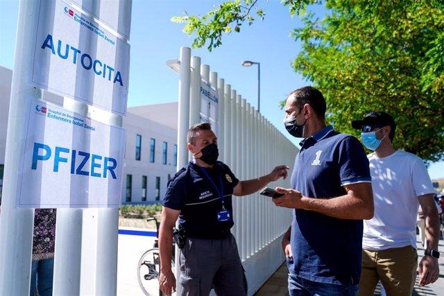 Un policía controla la entrada de varias personas a las afueras del Hospital público de emergencias Enfermera Isabel Zendal, a 28 de junio de 2021, en Madrid, (España).