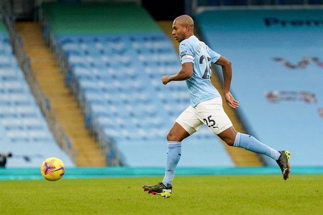 Archivo - Fernandinho jugando con el Manchester City