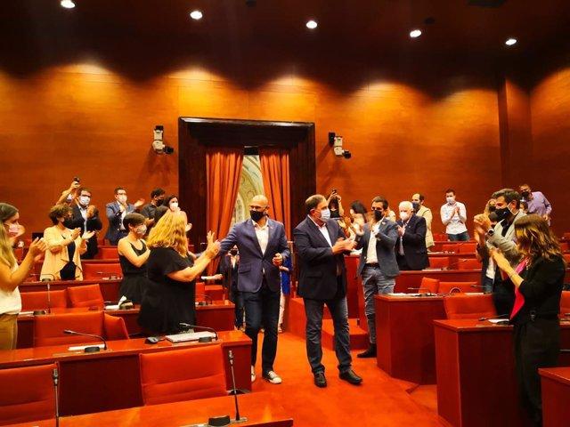 El líder d'ERC, Oriol Junqueras, i l'exconseller Raül Romeva rebuts entre aplaudiments al Parlament