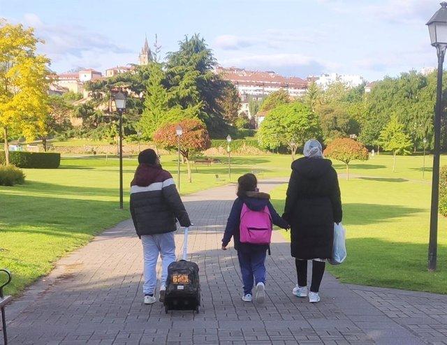 Archivo - Niños que van al colegio en Oviedo con su madre,, comunidad musulmana