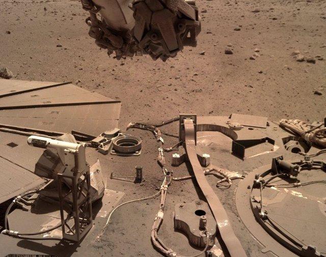 Panales solares de InSight cubiertos de polvo