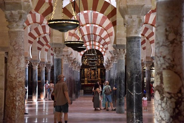 Archivo - Turistas en el interior de la Mezquita-Catedral de Córdoba.