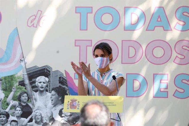 La ministra de Igualdad, Irene Montero, interviene durante el acto de entrega de los 1º Reconocimientos Arcoíris a personas y entidades destacadas en la visibilización, apoyo y defensa de los derechos de las personas LGTBI, a 28 de junio de 2021, en Madri