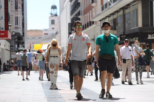 Varias personas caminan sin mascarilla en el centro de la capital, a 28 de junio de 2021, en Madrid, (España).