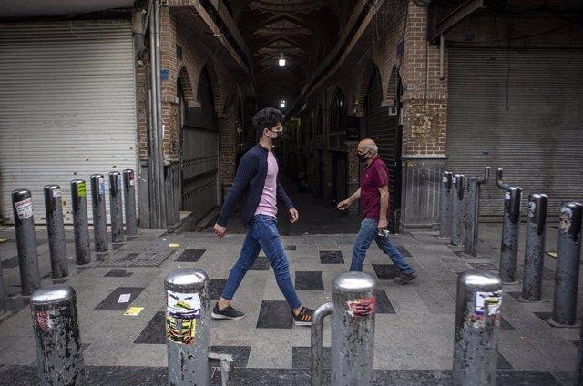 Archivo - Personas frente al Gran Bazar de Teherán, en Irán, durante la pandemia de coronavirus