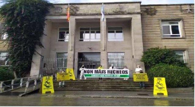 Protesta de Ecologistas en Acción ante la sede de la Autoridad Portuaria de Vigo, en contra de los rellenos en la ría.