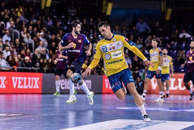 Archivo - Angel Fernandez Perez, #32  of PGE Vive Kielce in actions during VELUX EHF Champions League match between Fc Barcelona Lassa and PGE Vive Kielce  on November 04, 2018 at Palau Blaugrana, in Barcelona, Spain,