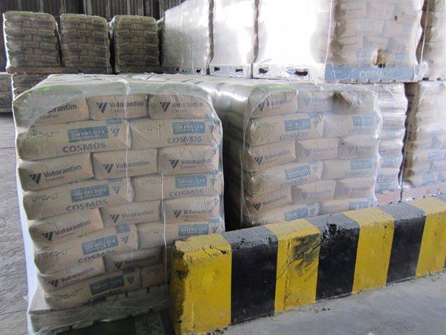 Archivo - Sacos de cemento almacenados en la factoría de Cosmos, en una imagen de archivo.