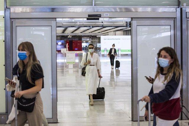 Pasajeros a su llegada a las instalaciones de la Terminal T4  del Aeropuerto Adolfo Suárez Madrid-Barajas, a 7 de junio de 2021, en Madrid, (España). España permite desde este lunes la entrada de viajeros que acrediten estar vacunados contra la Covid-19 d