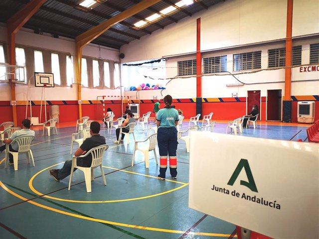 Punto de vacunación externo contra la COVID en el polideportivo El Fuerte de Ronda