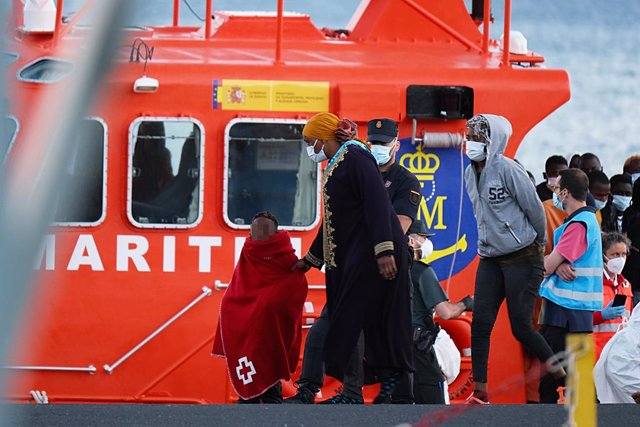 Una niña migrante llega llegan a tierra junto con otros migrantes tras el rescate del buque Salvamar Mizar a una patera de 56 inmigrantes subsaharianos, entre ellos dos bebés y es posible que alguna mujer embarazada, en el Puerto del Rosario, a 17 de juni