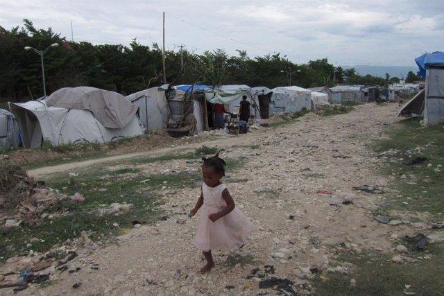 Archivo - Niña Corriendo En Un Campo De Desplazados De Haití