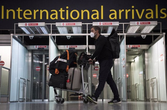 07 June 2021, United Kingdom, Gatwick: Passengers arrive at Gatwick Airport, before Tuesday's 4am requirement for travellers arriving from Portugal to quarantine for 10 days comes into force. Photo: Kirsty O'connor/PA Wire/dpa