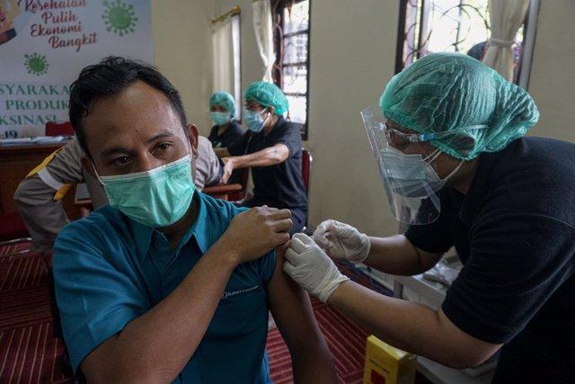 Archivo - Imagen de archivo de un hombre siendo vacunado en Indonesia.