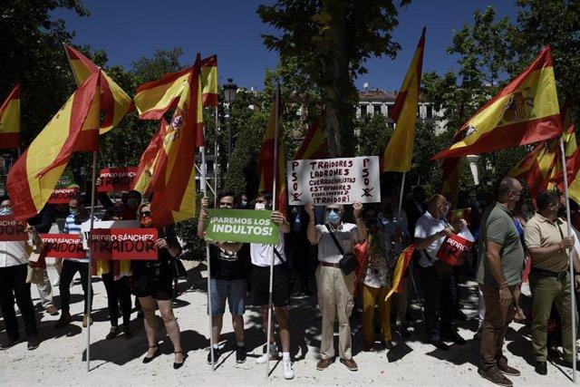 Un grupo de personas se concentra con pancartas y banderas en las inmediaciones del Tribunal Supremo apoyando la querella contra el Consejo de Ministros por la aprobación de los indultos a los presos independentistas, a 24 de junio de 2021, en Madrid (Esp