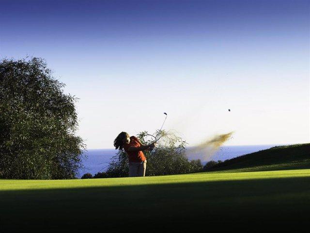 Archivo - Campo de golf en la Costa del Sol en una imagen de archivo