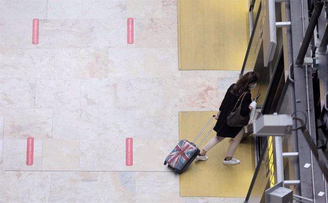 Archivo - Una pasajera en la terminal T4 del Aeropuerto Adolfo Suárez - Madrid Barajas