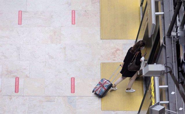 Archivo - Una pasajera en la terminal T4 del Aeropuerto Adolfo Suárez - Madrid Barajas, a 24 de mayo de 2021, en Madrid, (España). Tal y como indicó el presidente del Gobierno la pasada semana, desde este lunes está permitida la entrada de turistas proced