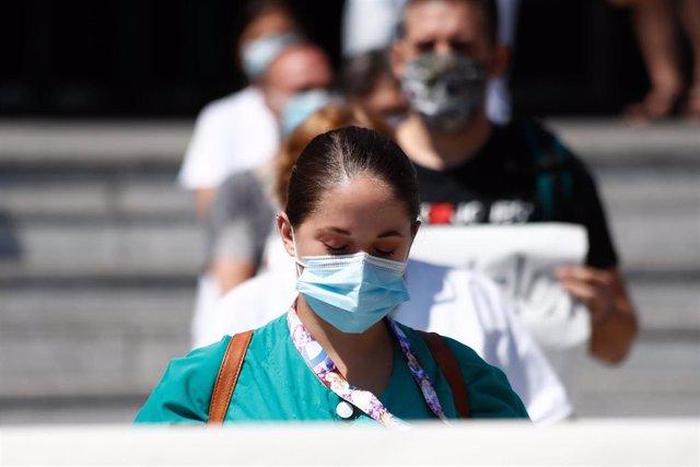 Archivo - Una trabajadora sanitaria durante la concentración convocada donde decenas de celadores se congregado a las puertas del Hospital 12 de Octubre, tras ser excluidos de la catalogación de personal de riesgo. En Madrid, (España), a 13 de agosto de 2