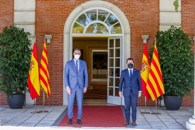 Salutació entre el president del Govern espanyol, Pedro Sánchez, i el president de la Generalitat, Pere Aragonès