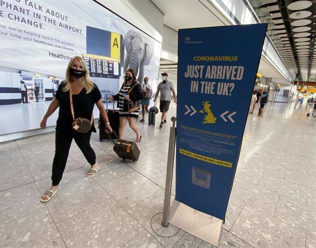 Archivo - Pasajeros llegan al Aeropuerto de Heathrow, en la capital británica, Londres.