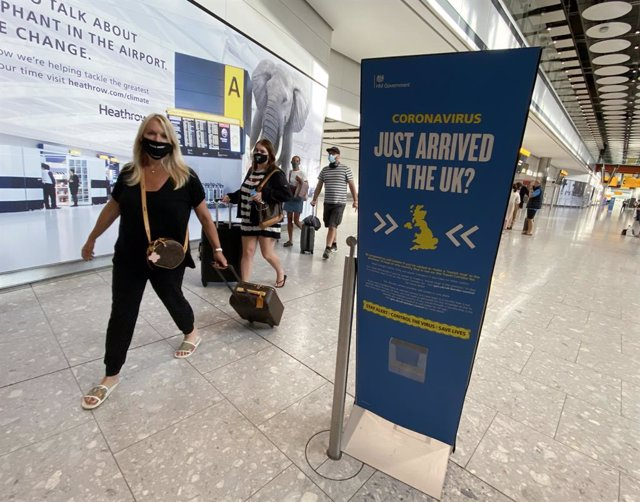 Archivo - 08 September 2020, England, London: Passengers arrive at Heathrow Airport as they return from Greece, after the Government added the islands of Lesvos, Tinos, Serifos, Mykonos, Crete, Santorini and Zakynthos, also known as Zante to the quarantin