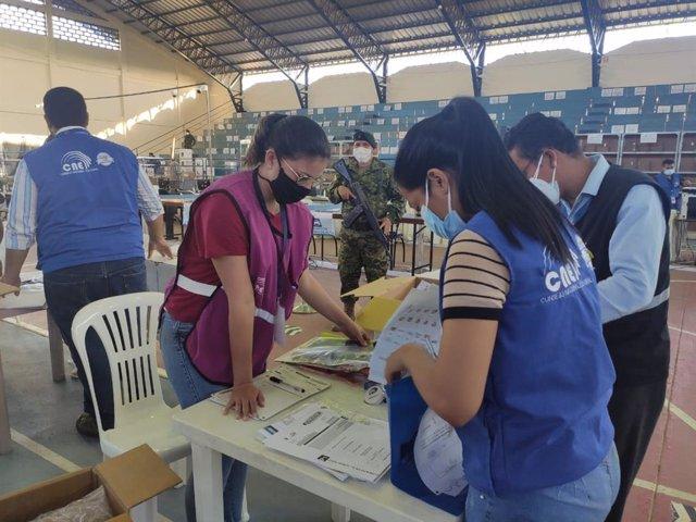 Archivo - Recuento de las elecciones en Ecuador