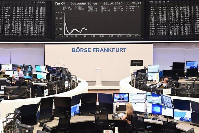 Archivo - 28 October 2020, Hessen, Frankfurt/Main: The Dax curve of the Frankfurt Stock Exchange shows falling prices. Photo: Arne Dedert/dpa