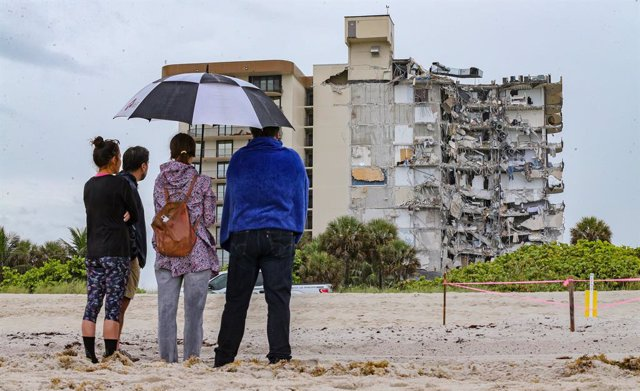 24 June 2021, US, Surfside: People look at the rubble of Champlain Towers South Condo in Surfside, a part of which collapsed in the early morning. Photo: Al Diaz/TNS via ZUMA Wire/dpa