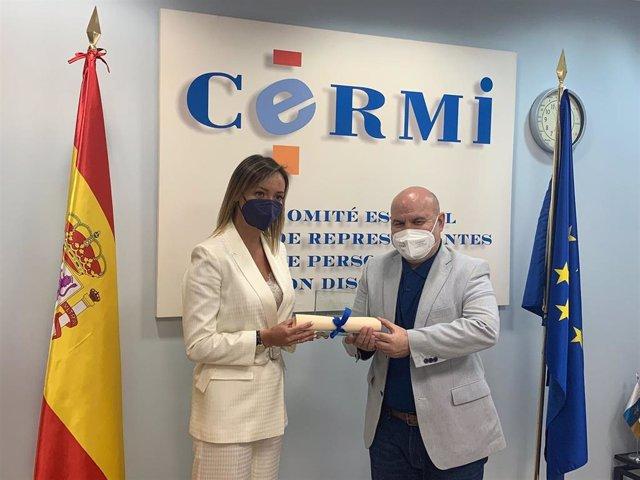 """La conselleira de Política Social, Fabiola García, recibe del presidente del Cermi, Luis Cayo Pérez Bueno, el premio 'cermi.Es' 2020 en la categoría de Mejor Acción Autonómica y/o Local por el """"alcance y vigor"""" de sus políticas de inclusión."""