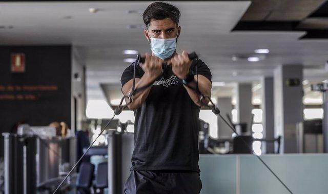 Archivo - Un hombre realiza deporte en las instalaciones de un gimnasio