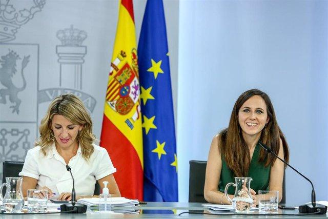 La vicepresidenta tercera y ministra de Trabajo y Economía Social, Yolanda Díaz (i) y la ministra de Derechos Sociales y Agenda 2030, Ione Belarra (d), comparecen en una rueda de prensa tras la celebración del Consejo de Ministros, a 8 de junio de 2021, e