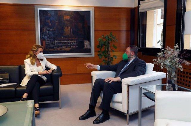 El presidente del Principado de Asturias, Adrián Barbón, y la portavoz parlamentaria y presidenta del PP de Asturias, Teresa Mallada, durante su reunión en la sede de la Presidencia del Gobierno.