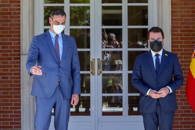 El president del Govern, Pedro Sánchez (i), rep en el Palau de la Moncloa al president de la Generalitat de Catalunya, Pere Aragonès, a 29 de juny de 2021, a Madrid (Espanya). Tots dos mandataris es reuneixen avui per primera vegada per asseure les bases