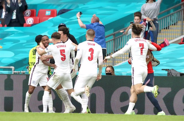 29 June 2021, United Kingdom, London: England's Raheem Sterling (L) celebrates scoring his side's first goal with team mates during the UEFA EURO 2020 round of 16 soccer match between England and Germany at Wembley Stadium. Photo: Nick Potts/PA Wire/dpa
