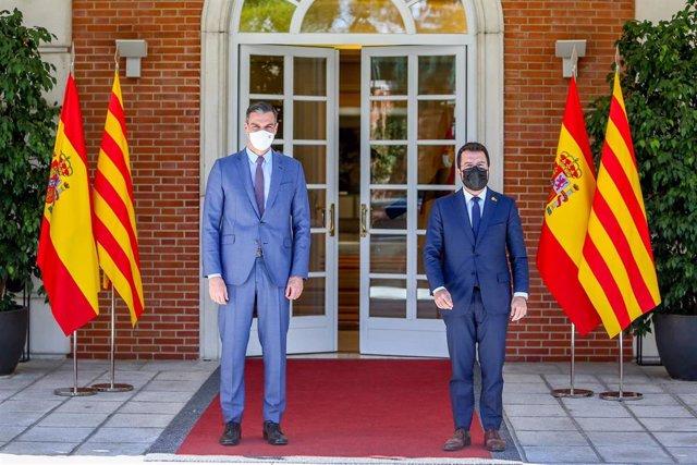 El presidente del Gobierno Pedro Sánchez (i) recibe al presidente de la Generalitat de Catalunya, Pere Aragonès, el 29 de junio de 2021 en el Palacio de la Moncloa de Madrid (España).  Ambos ejecutivos se reúnen hoy por primera vez para sentar las bases