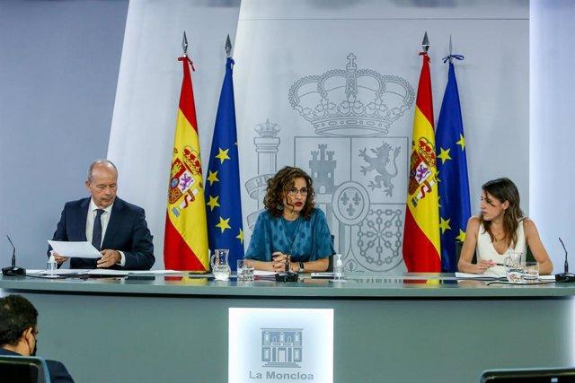 (I-D) El ministro de Justicia, Juan Carlos Campo; la ministra Portavoz, María Jesús Montero; y la ministra de Igualdad, Irene Montero, comparecen tras la reunión del Consejo de Ministros en Moncloa, a 29 de junio de 2021, en Madrid (España). El Gobierno h