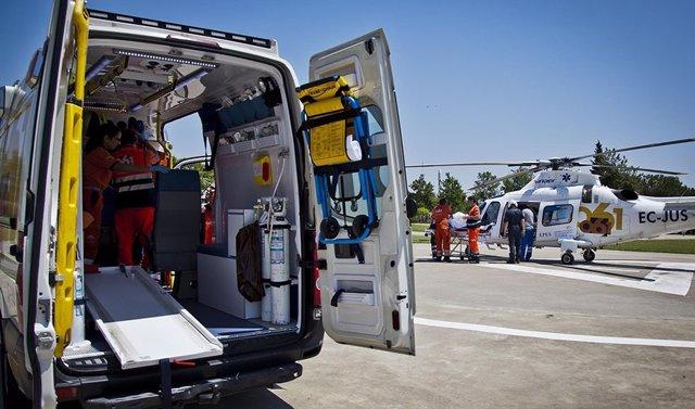 Archivo - Sevilla.- Sucesos.- Trasladan en helicóptero a un motorista de 65 años herido en Castilblanco