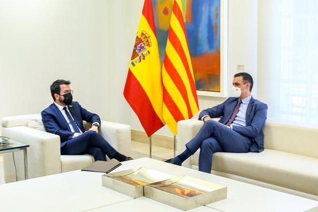 El presidente del Gobierno, Pedro Sánchez (d); y el president de la Generalitat de Cataluña, Pere Aragonès, durante su reunión en el Palacio de la Moncloa