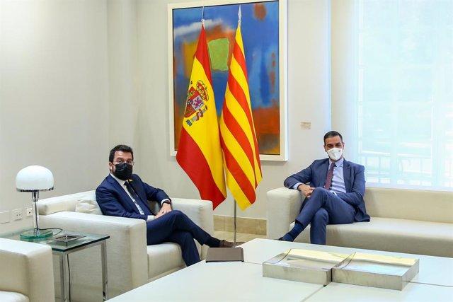 El president del Govern, Pedro Sánchez (d); i el president de la Generalitat de Catalunya, Pere Aragonès, durant una reunió en el Palau de la Moncloa, a 29 de juny de 2021, a Madrid (Espanya).