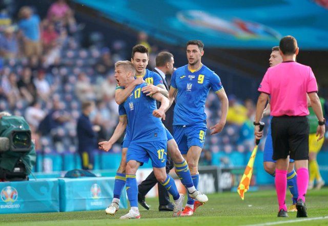 29 June 2021, United Kingdom, Glasgow: Ukraine's Oleksandr Zinchenko (L) celebrates scoring his side's first goal with team mates during the UEFA EURO 2020 round of 16 soccer match between Sweden and Ukraine at Hampden Park. Photo: Jane Barlow/PA Wire/dpa