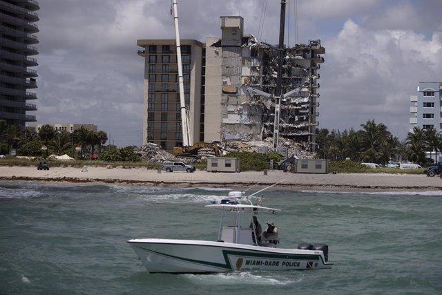 La Policía de Miami-Dade patrulla en un bote mientras los equipos de búsqueda y rescate buscan posibles sobrevivientes en el edificio.