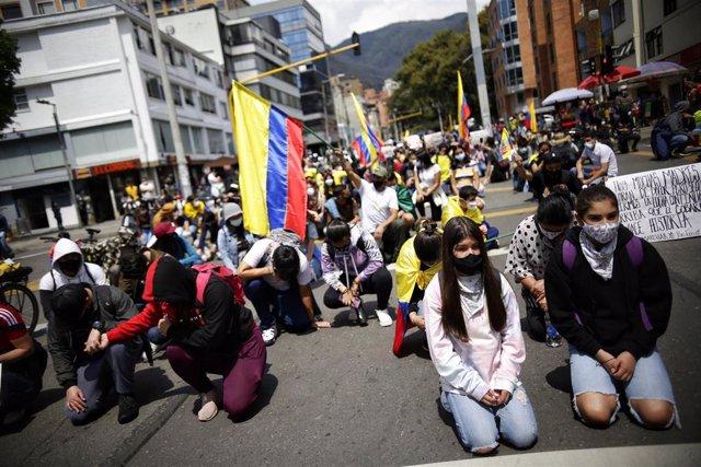 Archivo - Manifestantes participan en una protesta contra el Gobierno de Iván Duque y  la violencia policial en el tratamiento de las protestas antigubernamentales.