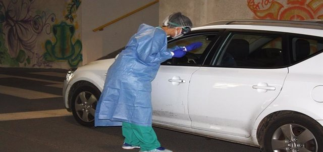 Archivo - Pruebas PCR desde el coche
