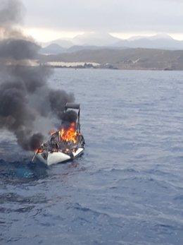 Efectivos del Plan Copla y Salvamento Marítimo acuden al incendio de un velero en la playa d Percheles en Mazarrón