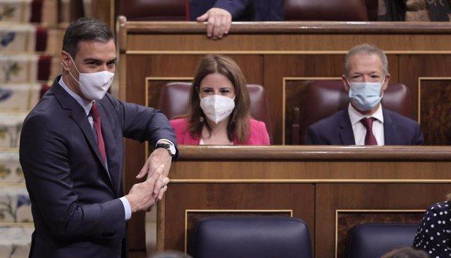El presidente del Gobierno, Pedro Sánchez, conversa en una sesión de control al Gobierno en el Congreso de los Diputados, a 30 de junio de 2021, en Madrid, (España). Este pleno, que se produce pocas horas después del encuentro que el presidente del Gobier
