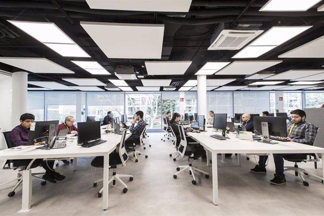 Archivo - Empleados de everis en las oficinas de la sede global de la empresa en Madrid.
