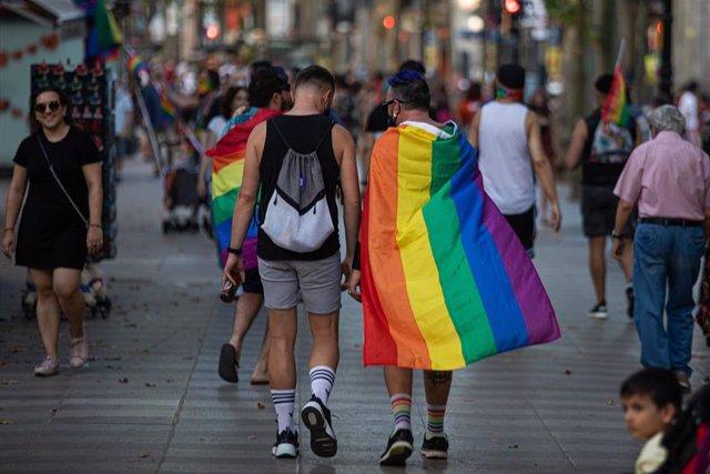 Archivo - Imagen de archivo de una pareja con una bandera arcoíris.