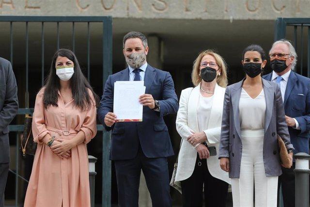 El presidente de Vox, Santiago Abascal, y otros diputados de su partido posan a las puertas del Tribunal Constitucional por el recurso de inconstitucionalidad contra la ley de eutanasia, a 16 de junio de 2021, en Madrid (España).